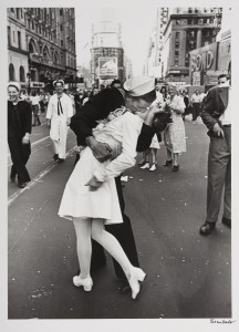 Alfred Eisenstaedt, V-J Day Kiss.jpg