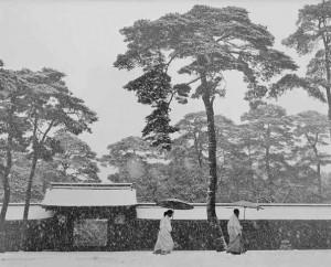 werner-bischof_im-garten-des-meji-tempels_tokio-1952.jpg