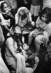 MKG_Das_engagierte_Bild_Marc_Riboud_Bangladesh_1971.jpg