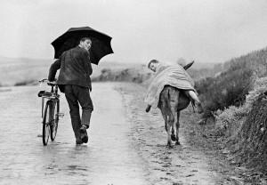 Portugal-1964,-Zwei-Jungen-mit-Fahrrad-und-Esel-im-Regen-in-der-Tras-os-Montes-Region,-©Thomas-Hoepker,-Wanderlust-(teNeues-Verlag).jpg
