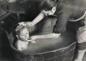 Hans Bresler_Proletarierin beim Baden des Kindes.jpg