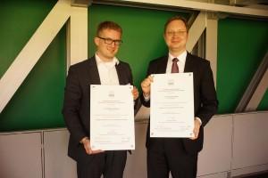 Die Preisträger v.l.n.r.- Dr. Philipp Sandhaus und Dr. Christoph Voges Copyrigt- Michael Hötzl (DGPh).jpg