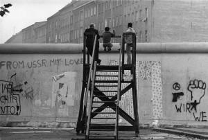 Barbara Klemm, Glancing over the Wall, 1977.jpg