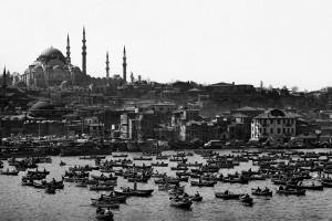 copyright-Ara_Güler-Das_Goldene_Horn_im_Hintergrund_die_Süleymaniye-Moschee_Istanbul_1962.jpg