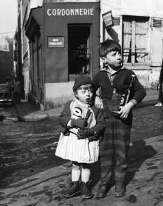 Dorothy-Bohm,-'Rue-Tholozé,-Montmartre,-1954'-(hi-res).jpg