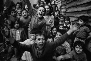 ©-Ara-Güler,-Children-playing-at-Tophane,-Istanbul,-1986.jpg