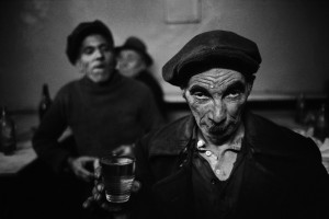 ©Ara-Güler,-Drunk-man-in-a-bar-at-Torphane,-Istanbul,-1959.jpg