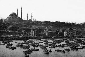 ©-Ara-Güler,-Das-Goldene-Horn,-im-Hintergrund-die-Süleymaniye-Moschee,-Istanbul,-1962.jpg