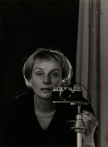 Leonore_Mau__Selbstporträt_mit_Leica__Hamburg__1962__©_Nachlass_Leonore_Mau__S.jpg