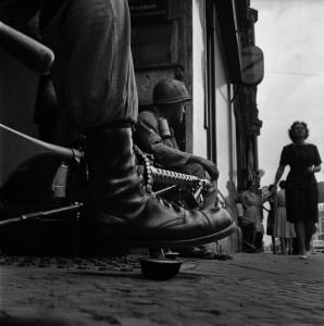 Near-Checkpoint-Charlie,-Berlin,-1961.jpg
