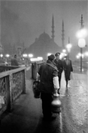 "Ara Gueler, ""Salep"" Verkaeufer auf der Alten Galatabruecke, 1957.jpg"