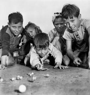 07. SAM SHAW, Kinder spielen mit Murmeln, Missouri 1943 ∏ Sam Shaw Inc. - www.jpg
