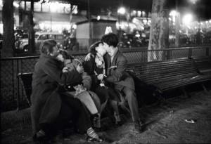 Amoureux, place de la République, Paris, 1954 © Sabine Weiss.jpg