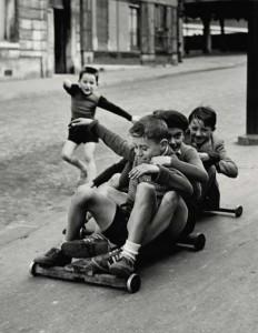 Enfants jouant, rue Edmond-Flamand, Paris, 1952 © Sabine Weiss.jpg
