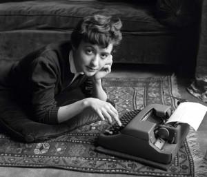 Françoise Sagan chez elle lors de la sortie de son premier roman Bonjour tristesse, Paris, 1954 © Sabine Weiss.jpg