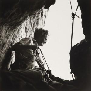 Germaine Tillion à l'entrée d'une grotte, Aurès, 1935-1936 © Thérèse Rivière.jpg