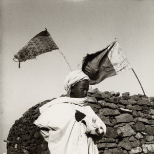 Jeune garçon devant une mosquée aux drapeaux flottants,  Aurès, juillet 1935 © Germaine Tillion.jpg