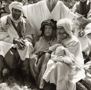 Une 'azria (femme libre) avec un groupe d'homme, marché annuel de Tiskifine, août 1935 © Germaine Tillion.jpg