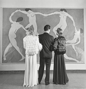 Louise-Dahl-Wolfe_Museum-of-Modern-Art-Looking-at-Matisse_ca.-1940.jpg