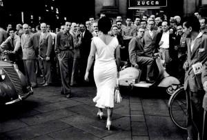 6_Mario De Biasi_Gli Italiani si voltano_1954_copyright Archivo Mario De Biasi.jpg