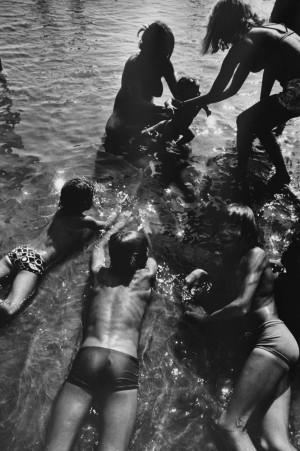 3_Will-McBride,-Mütter-und-Jungs-im-Wasser,-1978,-55,6x38,3cm.jpg