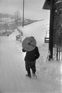 2_René Burri, Mann mit einem Kreissägeblatt, Trogen, Schweiz, 1956 (©RB Photos_Magnum Photos).jpg
