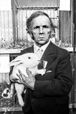 3_©Willy-Spiller_Prämiertes-Kaninchen-mit-Züchter,-Kleintierschau,-Zürich,-1973_web.jpg