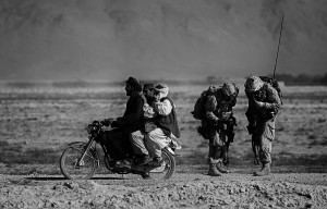 Niedringhaus_Afghanische-Männer-auf-einem-Motorrad-überholen-kanadische-Soldaten_web.jpg