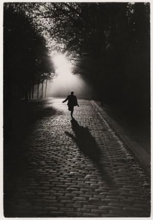 L'homme qui court_Paris_1953_Sabine-Weiss.jpg