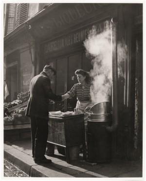 Marchande de frites_Paris_1946-1948_Sabine-Weiss.jpg