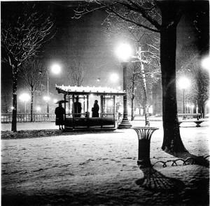 Paris_busstop_1958_Sabine-Weiss.jpg