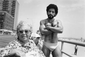 3_Arlene Gottfried_Angel & Woman, on Boardwalk Brighton Beach, NY 1976_copyright Arlene Gottfried_courtesy Galerie Bene Taschen.jpg