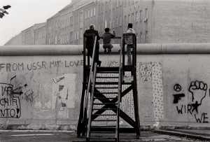 1_Blick über die Mauer, West-Berlin 1977_c_Barbara Klemm__webaufloesung.jpg