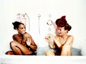 1_Ellen-von-Unwerth---Bathtub,-Naomi-Campbell-and-Kate-Moss-(for-Vogue-US),-1996-©-Ellen-von-Unwerth_web.jpg