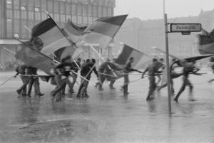 03_harald_hauswald_fahnenflucht_1._mai-demonstration_alexanderplatz_mitte_berlin_1987.jpg