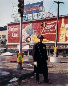 4_Evelyn Hofer_Policeman_59th St._New York_1964_copyright Estate Evelyn Hofer, courtesy Galerie m, Bochum.jpg