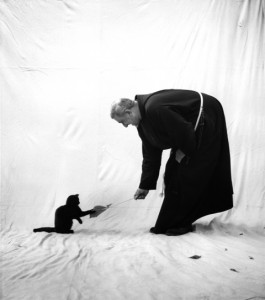 © stefan moses 'Kapuzinerpater mit Katze, Immenstadt 1964.jpeg