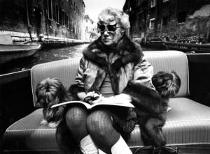 © stefan moses Peggy Guggenheim mit Nachtfalterbrille von Alexander Calder  mit Lahsaterrier Max (Ernst) und Sir Herbert (Read)', Venedig 1974 -02.jpeg