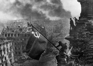 Jewgeni Chaldej, Die Flage auf dem Reichstag, 2. Mai 1945. Fotografie © Jürgen Schadeberg (1).jpg