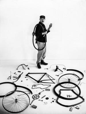 De-fiets-van-Jacques-Tati_-Parijs_-1947-c-Atelier-Robert-Doisneau.jpg