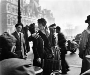 De-kus-bij-het-stadhuis_-Parijs_-1951-c-Atelier-Robert-Doisneau.jpg